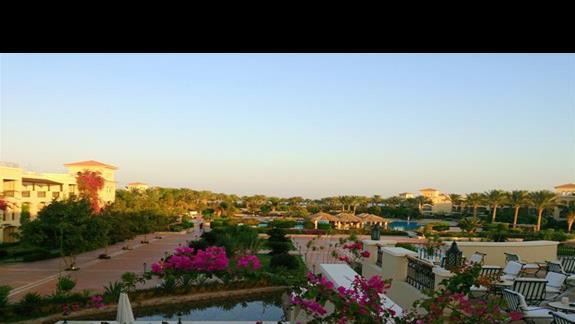 spojrzenie na hotel o zachodzie słońca