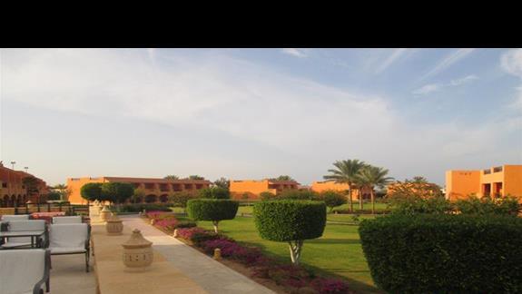 widok na teren hotelu z tarasu