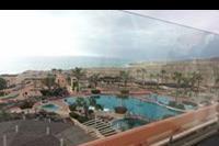 Hotel H10 Playa Esmeralda - Widok z tarasu w lobby.