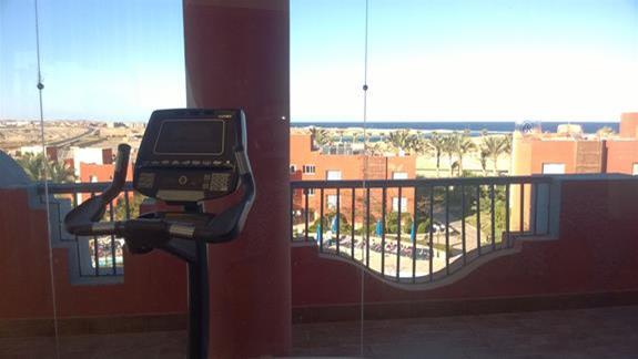 Silownia z widokiem na morze w hotelu Aurora Oriental Bay