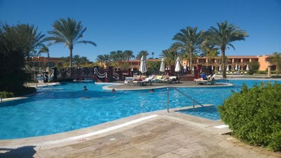 Basen w hotelu Resta Grand Resort