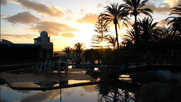 Zachód słońca przy basenie w hotelu Ifa Interclub Atlantic
