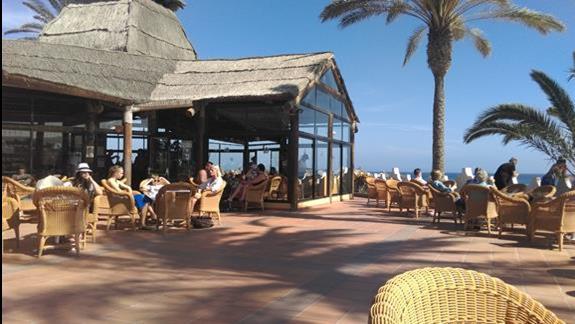 bar między basenem a plażą