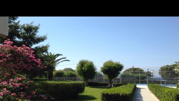 Wyjście z ogrodu na kort tenisowe i plażę