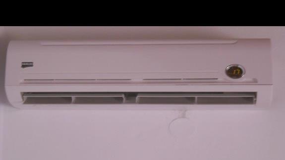 Przeciekajaca klimatyzacja tuz nad puszka z napieciem.
