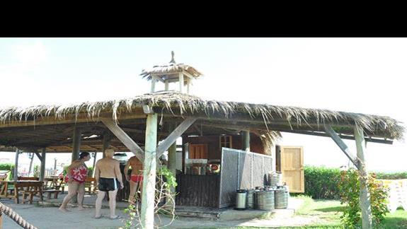 barek przy samej plaży, w barku zimne napoje, nie ma potrzeby kupowania napoi, wszystko jest :)