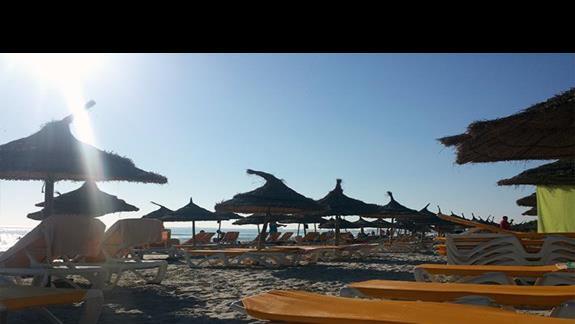 plaża rano, jeszcze dużo miejsc wolnych
