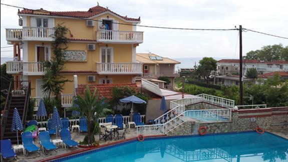 Widok na basen i jeden z budynków hotelowych (jest 4) z tarasu