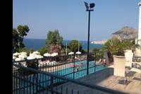 Hotel Santa Lucia le Sabbie D'oro - Widok z tarasu od strony basenu, za basenem jest zejście schodami na plażę.