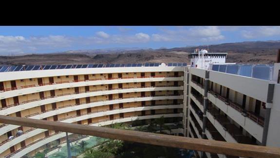 widok z solarium na wewnętrzy obszar hotelu w kierunku gór