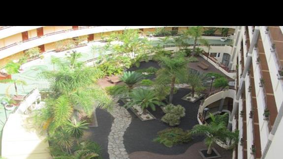 widok z solarium na wewnętrzy obszar hotelu