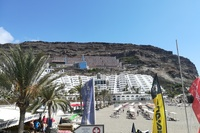Playa de Taurito - widok z plazy na hotel (budynek polozony najwyzej)