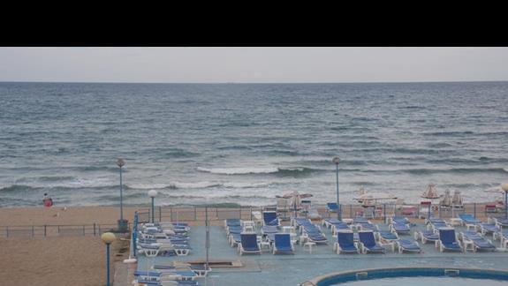 widok z pokoju na basen, plaże i morze