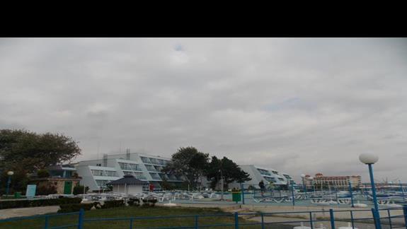 widok hotelu z deptaka wzdłóż plaży