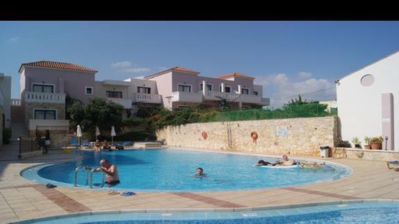Tył hotelu z basenami