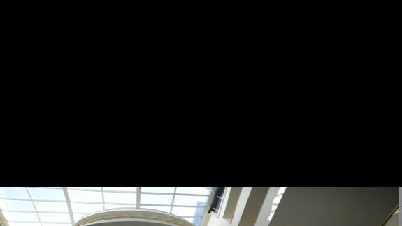 Przestronne lobby ze schodami