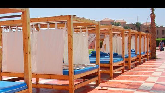 łóżka przy basenie