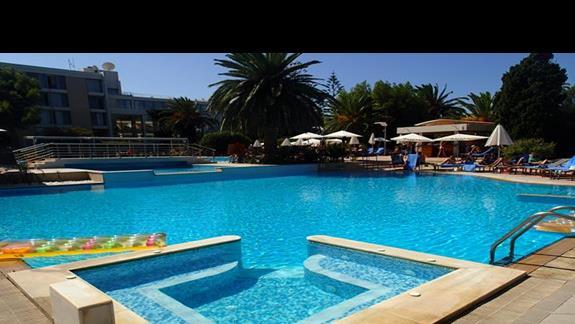 Basen w jacuzzi w hotelu Caravia Beach