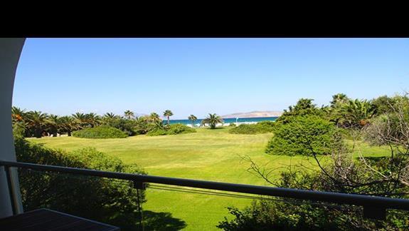 Widok z okna w pokoju rodzinnym w bungalowie w hotelu Caravia Beach