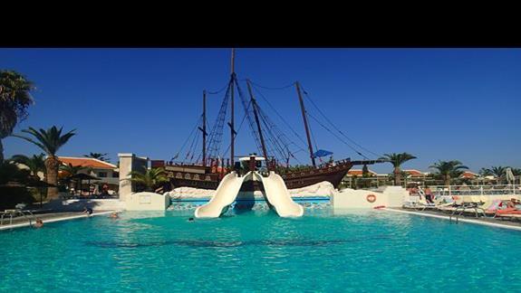 Basen ze statkiem pirackim w hotelu Kipriotis Village