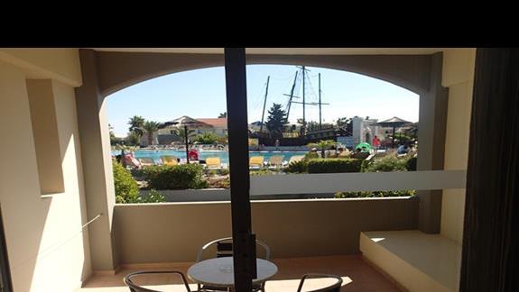 Widok z okna w pokoju standardowym w hotelu Kipriotis Village