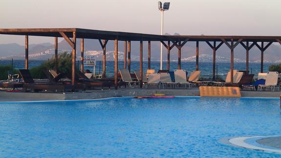 Basen w widokiem na pobliską wyspę w hotelu Marine Aquapark Resort