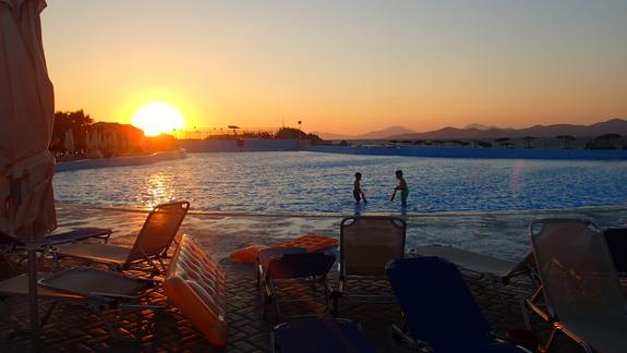 Basen z łagodnym wejściem do wody na wzór plaży w hotelu Marine Aquapark Resort
