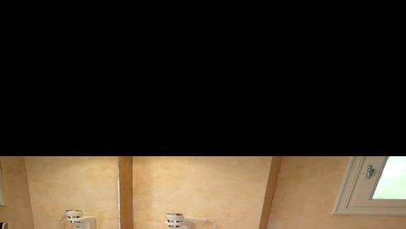 Lazienka w pokoju z prywatnym basenem w hotelu Mitsis Ramira Beach