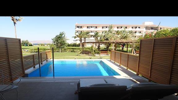 Widok z tarasu/okna w pokoju z prywatnym basenem w hotelu Mitsis Ramira Beach