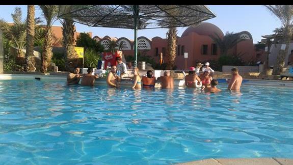 Mokry bufet w super basenie oblegany,nawet polskie disco-polo leci.