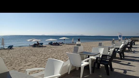 Taras w restauracji z bezpośrednim wyjściem na plaże w hotelu Valynakis Beach Island Resort