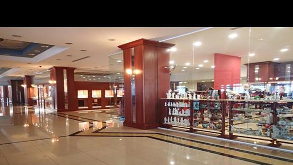 Lobby ze sklepami w hotelu Kipriotis Panorama