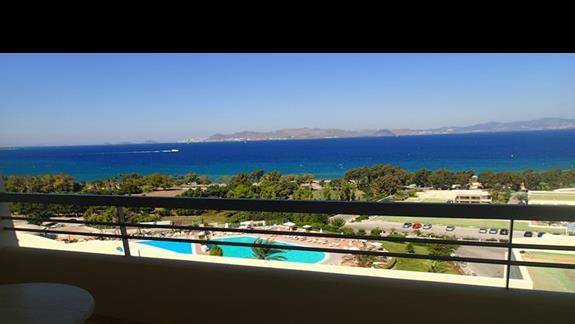 Widok z okna w pokoju standardowym w hotelu Kipriotis Panorama