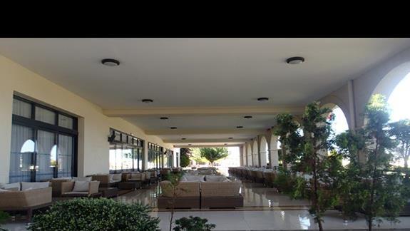 Dolny taras przy wejściu do hotelu Kipriotis Panorama