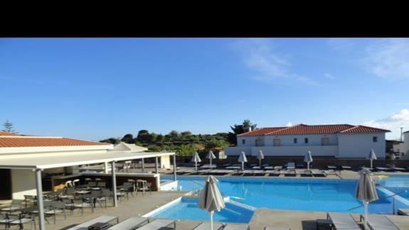 Azure Resort - bar i basen