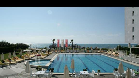 Widok na basen po wyściu z lobby