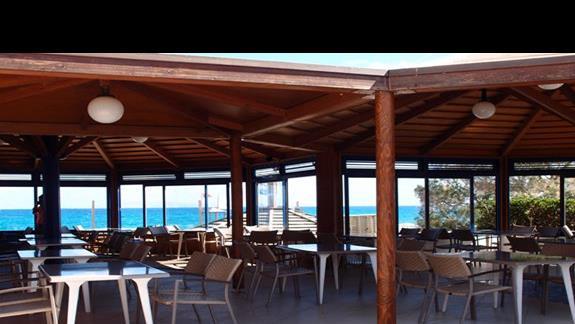 Restauracja nad brzegiem morza