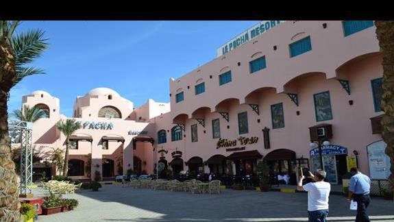 wejście do hotelu Le Pacha Resort