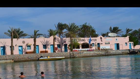 centrum nurkowe przy plaży do hotelu Le Pacha Resort