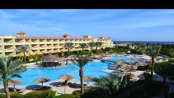widok na basen w pokoju standardowym w hotelu Amwaj Blue Beach Resort&Spa