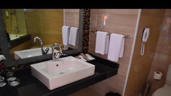 łazienka w pokoju rodzinnym deluxe w hotelu Amwaj Blue Beach Resort&Spa