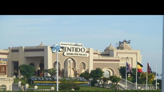 widok od frontu hotelu Sentido Sunrise Mamlouk Palace