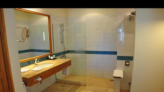 lazienka w pokoju standardowym w hotelu Movenpick Resort Spa El Gouna