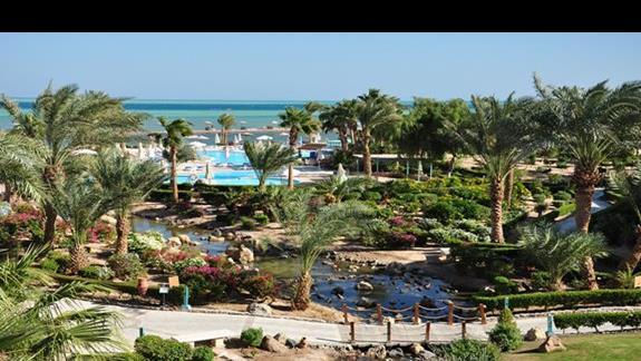 ogród i baseny w hotelu Movenpick Resort Spa El Gouna
