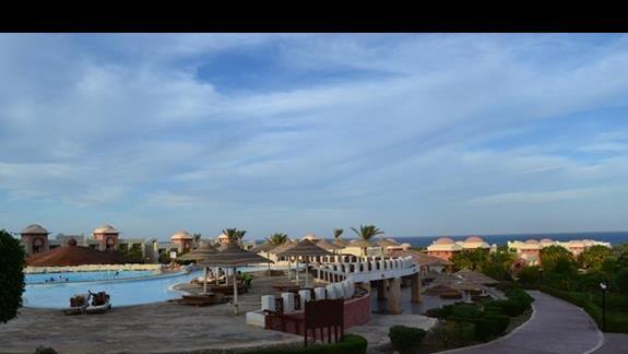 ogród i baseny w hotelu Serenity Makadi Beach.