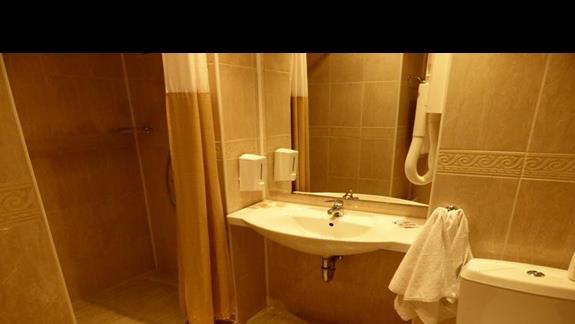 Łazienka w hotelu Hrizantema