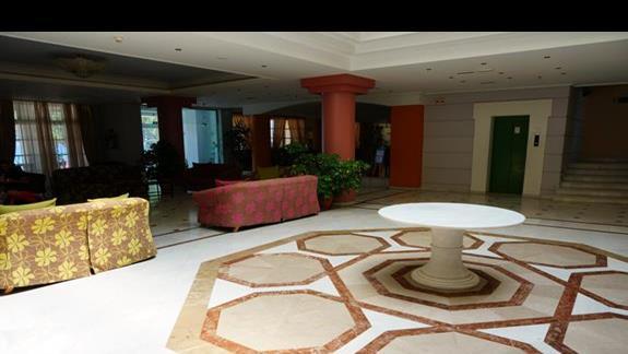 Lobby w hotelu Samaina Inn