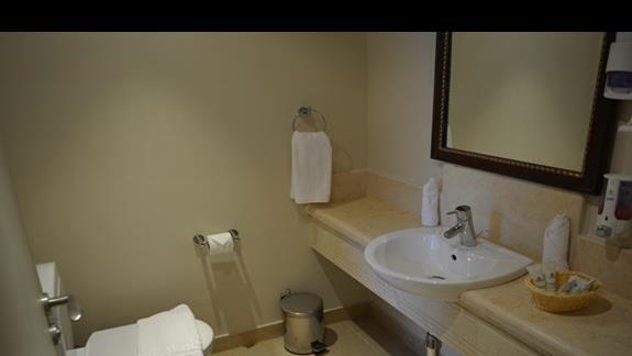Łazienka pokoju standardowego hotelu Rehana Port Ghalib