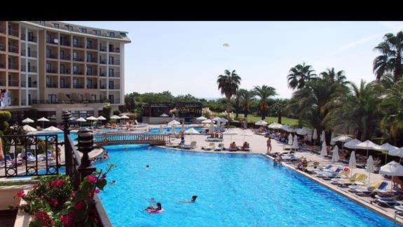 Basen główny przy hotelu Lyra Resort