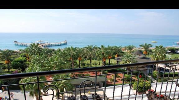 Widok z pokoju z widokiem na morze w hotelu Lyra Resort